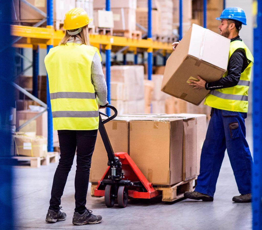 Foto de Trabajadores en un almacén trabajando con EPIs